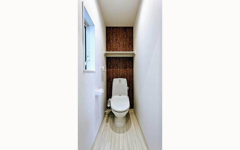 トイレ アクセントクロスが目を引くトイレ。便器にふちがないフチレス構造、汚れの付きにくいアクアセラミックで日々のお掃除の手間が少なくなります。
