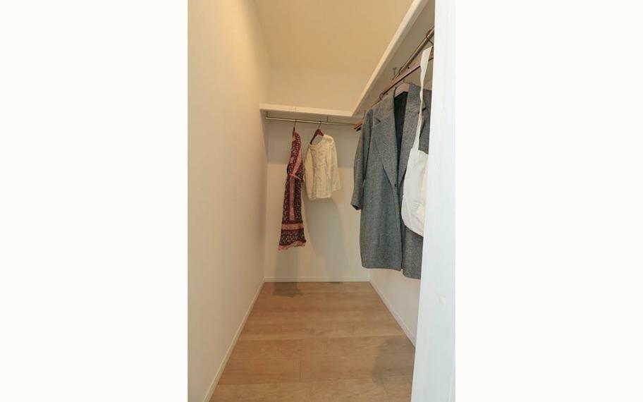 寝室 主寝室ウォークインは、ご夫婦の洋服だけではなく、季節の飾りものや、思い出の品などしまうことができます。