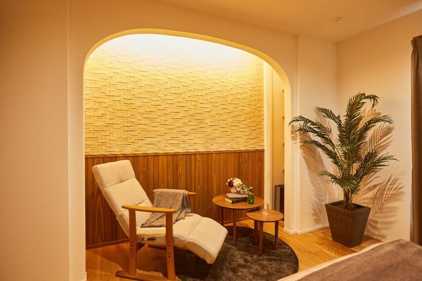 浴室 【主寝室バーラウンジ】  ホテルライクな主寝室には、就寝前の1杯を堪能できるラウンジコーナーを併設。ラグジュアリーな設えと柔らかな間接照明の明かりが安らぎをもたらします。/PLAN1モデルハウス