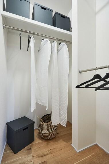 収納 【クローゼット】  主寝室に設けたクローゼットは、細かく区切ることで壁面を増やし、収納力を高めました。ご夫婦で使用するスペースを分けることも出来ます。
