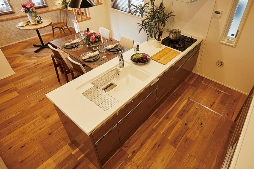 キッチン 【ペニンシュラタイプのキッチン】  ペニンシュラタイプの対面キッチンには、大容量の収納スペースや、まな板除菌スペースなど生活感を見せないようにする様々な工夫も施しています。/PLAN1モデルハウス