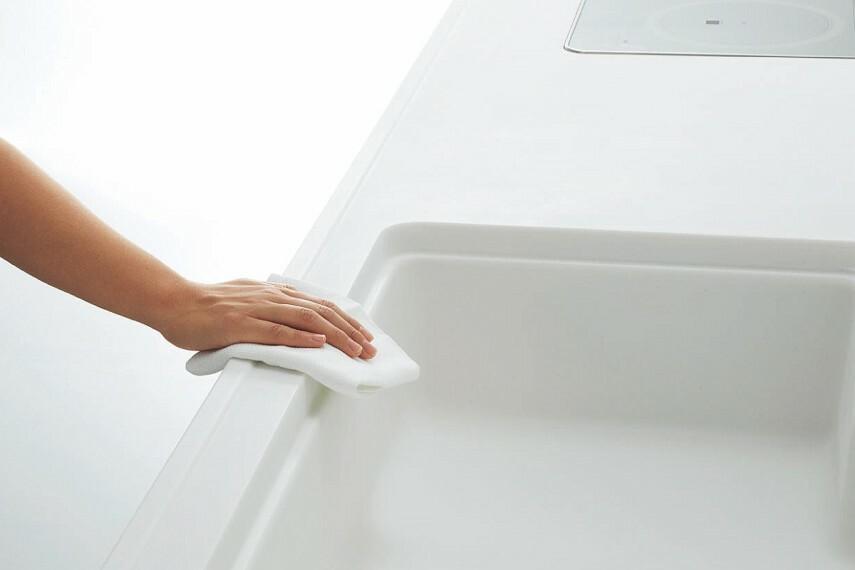 【スキマレスシンク】  シンクは、人造大理石のタイプを採用。スキマがないから汚れにくく、おそうじもラクラクです。傷や汚れがついても、メラミンスポンジやクリームクレンザーで磨くことでお掃除できます。