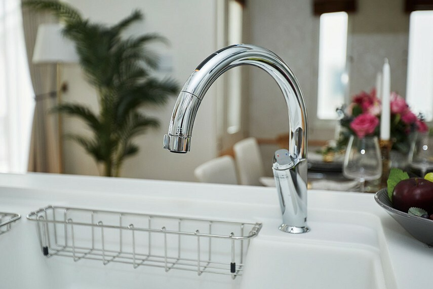 【キッチン用タッチレス水栓】  汚れた手で水栓を触れずに済む、キッチン用タッチレス水栓。水栓まわりを汚すことがなく便利です。いつでも安心な水が飲める浄水器ビルトイン型です。