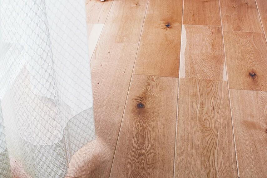 冷暖房・空調設備 【足元から心地よい床暖房】  ナラ材の挽き板独特の表情豊かなフロアは、床暖房により素足での心地よさを1年中愉しめます。