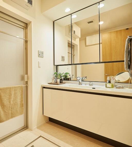 洗面化粧台 【ワイドドレッサー】  ホテルのメイクルームを思わせる、ワイドな洗面化粧台をご用意しました。デザイン性あるドレッサーが上質な空間を創り出します。水栓はウイルス対策にも効果的なタッチレスタイプを採用。