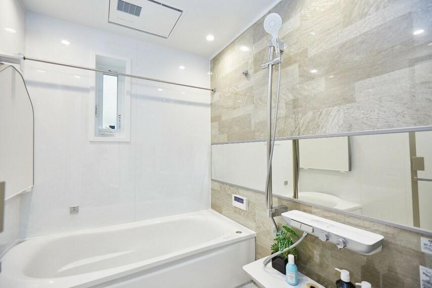 浴室 【バスルーム/TOTOSazana】  手足をゆったりと伸ばせる浴槽を有したバスルーム。1.25坪のゆとりあるスペースで、1日の疲れをじっくりほぐすことが出来ます。