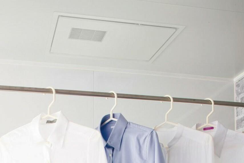 浴室換気暖房乾燥機「三乾王」  暖房、衣類乾燥、換気、涼風の機能を備えた「三乾王」。入浴を快適にするほか、雨の日や花粉の季節には洗濯物の乾燥に重宝します。厚さがスリムになり、天井の見た目もスッキリひろびろ。