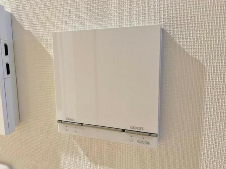 冷暖房・空調設備 足元からじんわりとお部屋を温めてくれます。 空気を汚すことがないので衛生的で乾燥もないので快適に過ごすことが出来ます。 場所も取らないので器具が邪魔になることもありません。