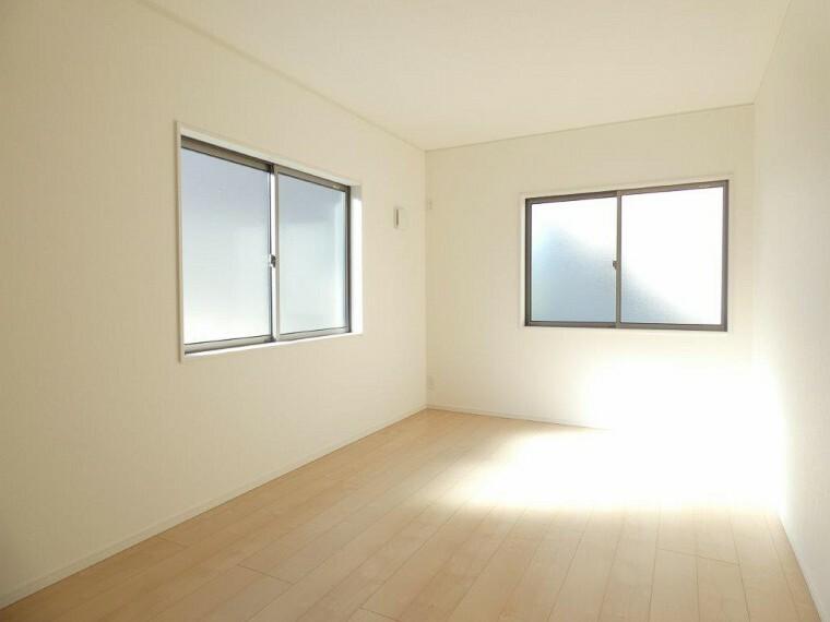 洋室 各居室に収納もあってスッキリつかえます。