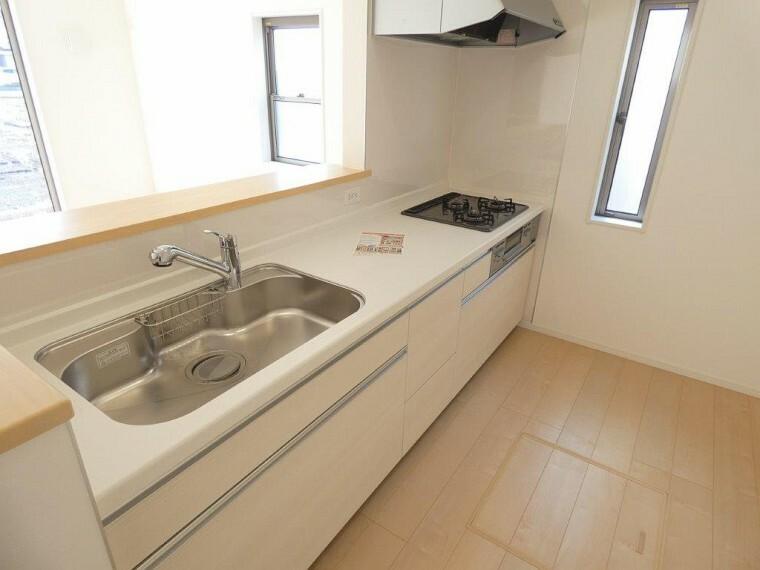 キッチン 3口コンロのついたキッチンは広くて使いやすい!対面キッチンはお子様を見ながら楽しくお料理出来そうです!
