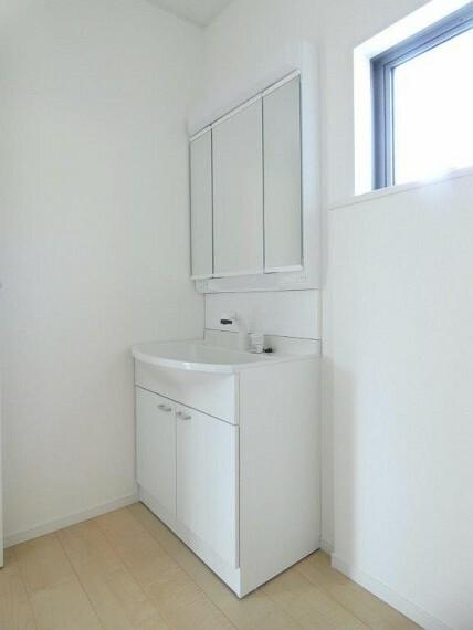 洗面化粧台 シャワーへの切り替えも可能で、朝の忙しい時間も使いやすく、お掃除などのお手入れもラクラクです!