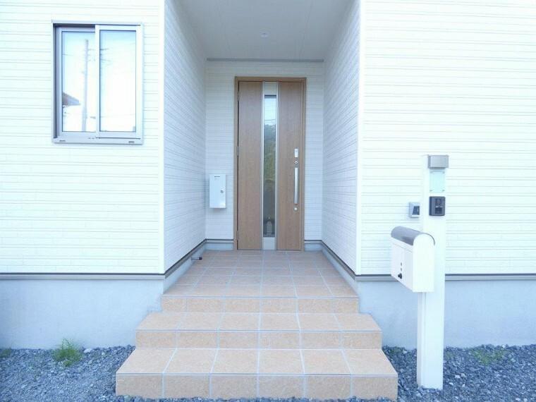 玄関 玄関ポーチは雨の日の鍵の開け締めにも便利です