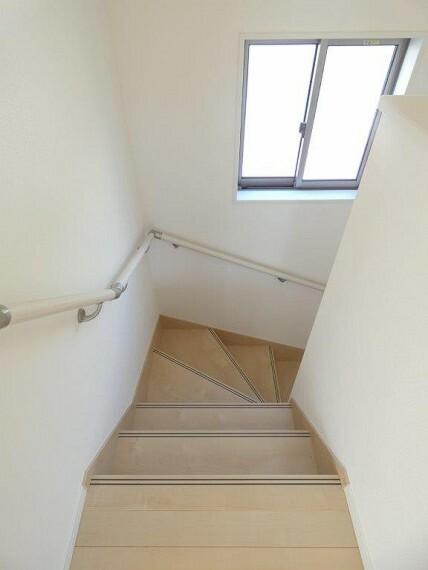 階段には手すりもあってお子様から様々な年代の方も安心ですね