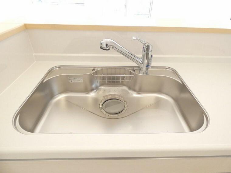 キッチン 浄水器一体型。ご希望によって浄水も使用可能。シャワーヘッドでシンクのお掃除もらくらく。