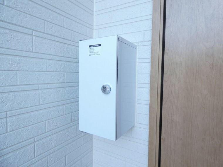 防犯設備 宅配ボックス付。あると便利な小型の宅配ボックスも玄関にございます。