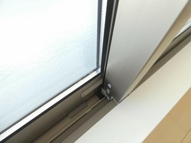 防犯設備 断熱に優れたペアガラスと、サッシ下には防犯に安心の補助鍵もついております。