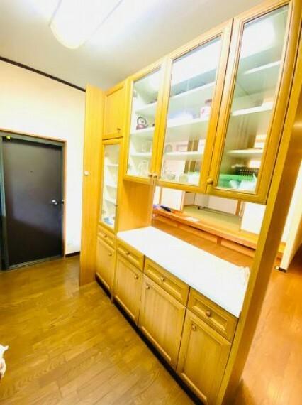 キッチン 両面使用可能な収納力豊富なカウンター付き食器棚。