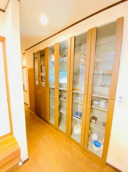 収納 リビング横には収納力豊富な棚が設置されています。