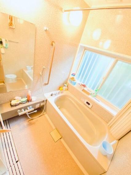 浴室 窓付き1坪サイズの浴室。浴室乾燥機付き。