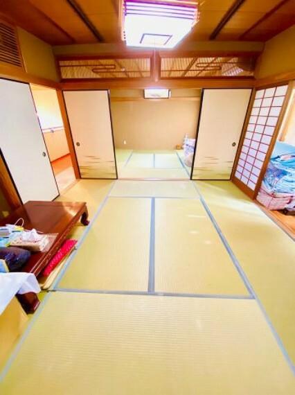 和室 2階和室。8帖2間。縁側もあるので想像以上に広く旅館のような雰囲気です。大人数での宴会も可能ですよ。