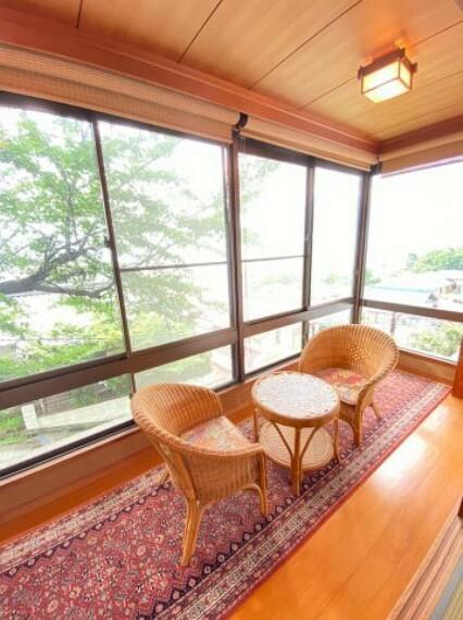 和室 2階和室横の縁側。桜の木が目の前なので春は満開の桜が見所です。