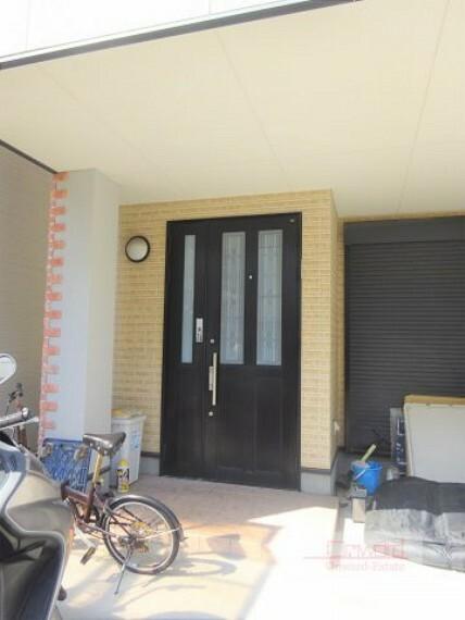 玄関 おしゃれな色合いの玄関。 毎日のお出掛けが楽しくなりますね!