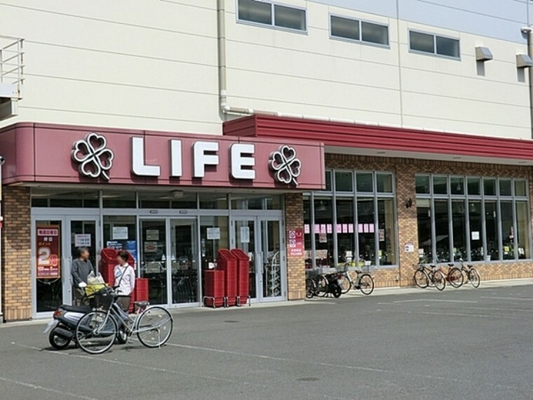 スーパー ライフ鎌倉大船モール店 営業時間9:00~22:00 衣料品売場は21:00まで。毎週日曜日はポイント3倍デー。駐車場1445台有。