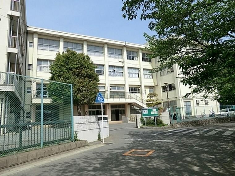 中学校 鎌倉市立玉縄中学校 緑豊かな環境。部活動も盛んで、明るく素直な生徒が多い。学校教育目標に『明朗・節度』を掲げ、明るく楽しい学校を目指している