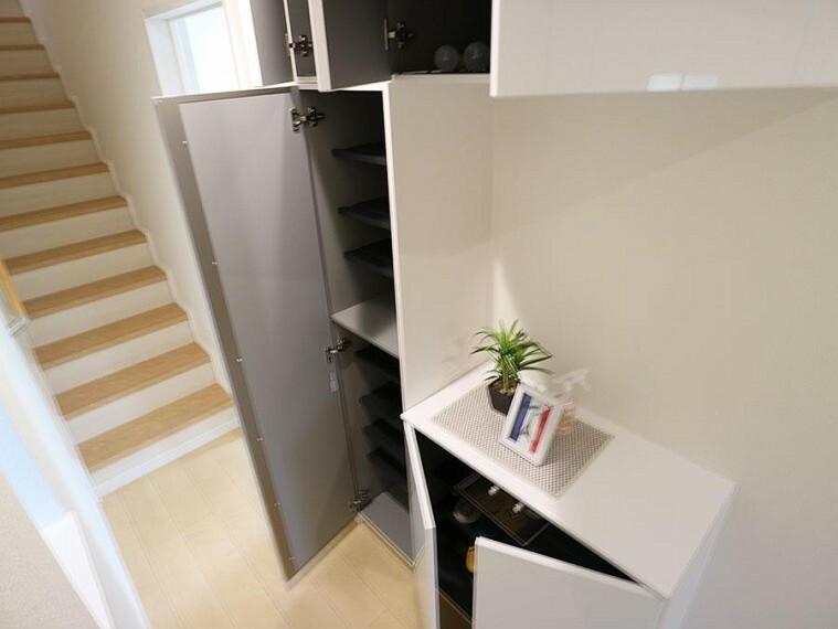 玄関 ~entrance~  玄関をスッキリ・清潔に見せる豊富な収納スペースです。