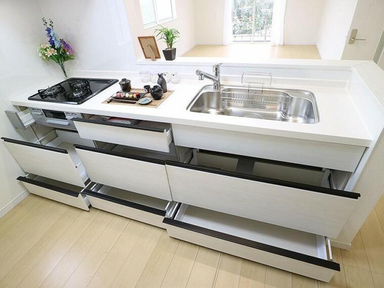 キッチン ~kitchen~  収納たっぷりなので調理器具や調味料も出し入れしやすいですね。