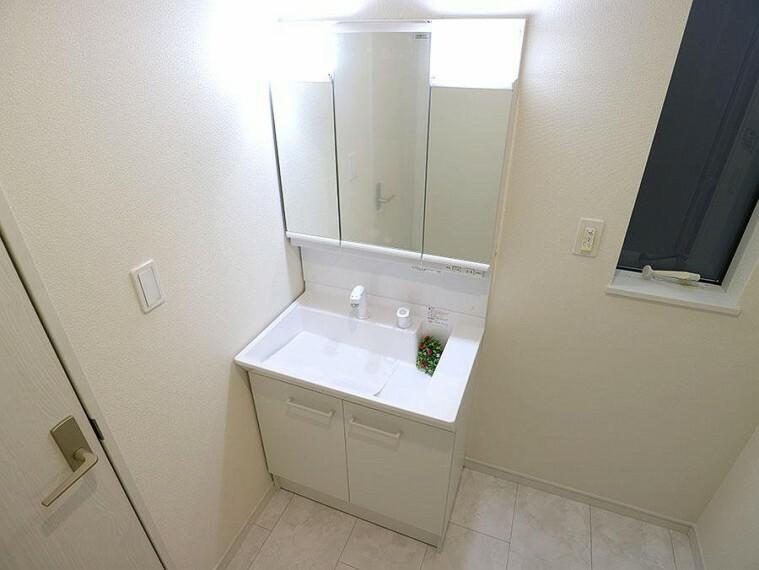 洗面化粧台 ~washroom~  毎日の身だしなみを整えやすく、鏡の後ろの収納スペースに散らかりやすい小物等を整理整頓出来ます。