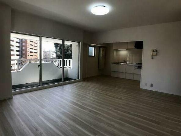 居間・リビング 床全体フロアタイル貼っていてきれいです。