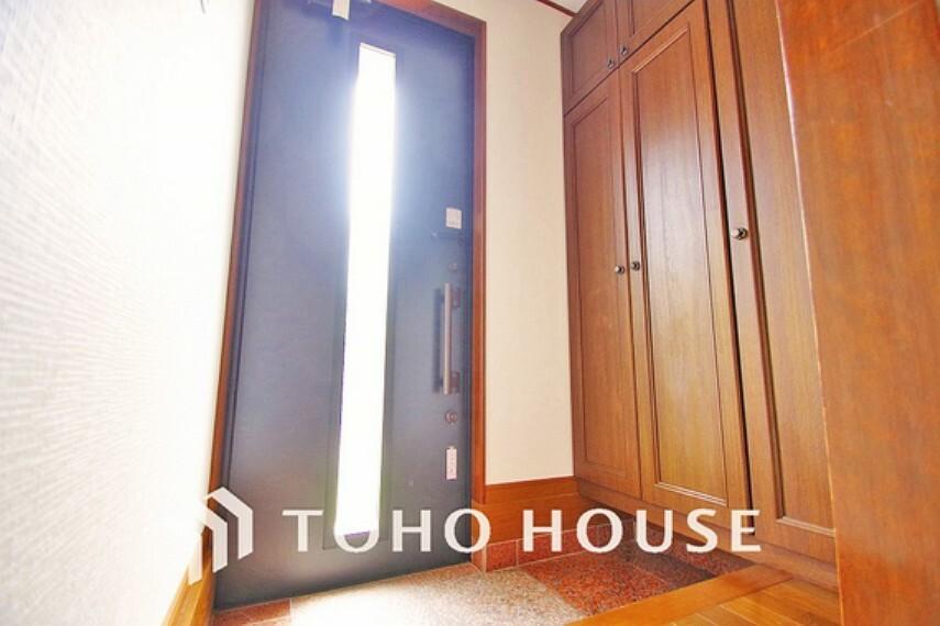 玄関 落ち着いた雰囲気の玄関、家族の帰りを暖かく迎えてくれます