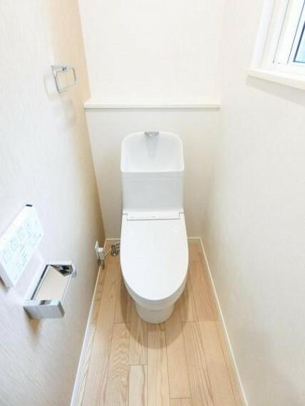 トイレ ウォシュレット付きで、窓もあり、明るく爽やかな空間です。