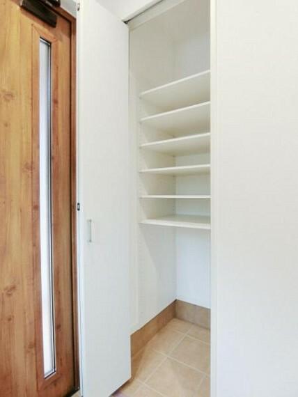 玄関 可動棚なので、背丈のあるブーツや傘もスッキリ収納できます。