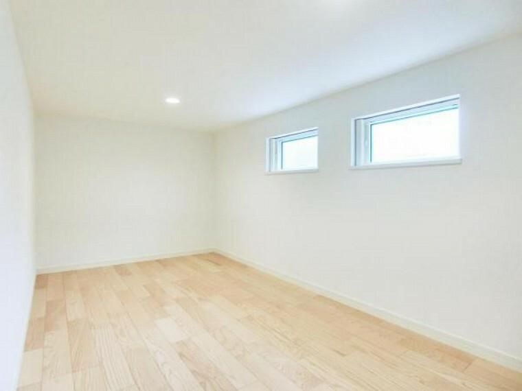 収納 4.5帖の小屋裏収納にはたっぷり収納ができ、窓もあり、湿気対策にも効果的です。