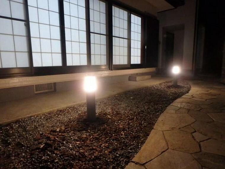 外観写真 【リフォーム済み】5LDKKの二世帯住宅。奥の2階建と手前の平家建があります。写真は平家南側に新設した外灯です。奧の2階建玄関に通じる足元を明るく照らしだします。