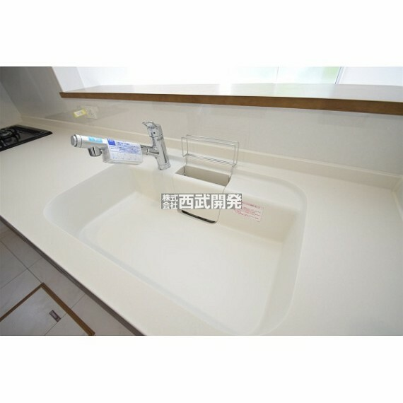 キッチン 人造大理石ワークトップが素敵なシステムキッチン。見た目がおしゃれで、家事をするのもワクワクしますね。