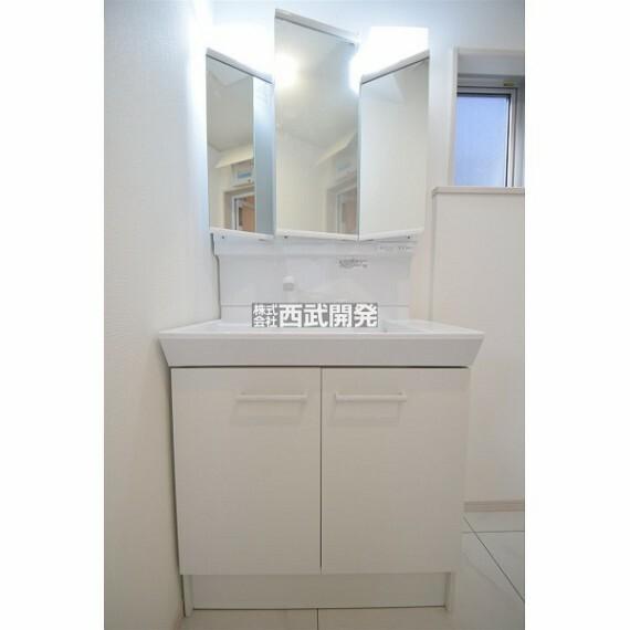 洗面化粧台 収納力と機能性に優れた三面鏡洗面化粧台です。鏡の裏には家族みんなのアメニティが収まります。