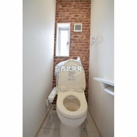 トイレ 温水洗浄機能付きトイレです。小窓も付いているので空気の入れ換えも楽に行えます。