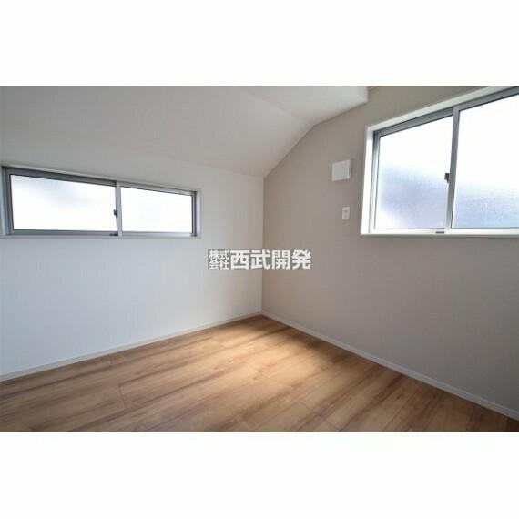 専用部・室内写真 2面採光で風通しも良い洋室です。