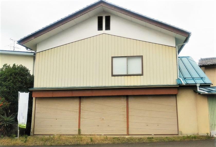 外観写真 シャッター付きの車庫が3台分ありますので、車を多く所有する方にもおすすめです。
