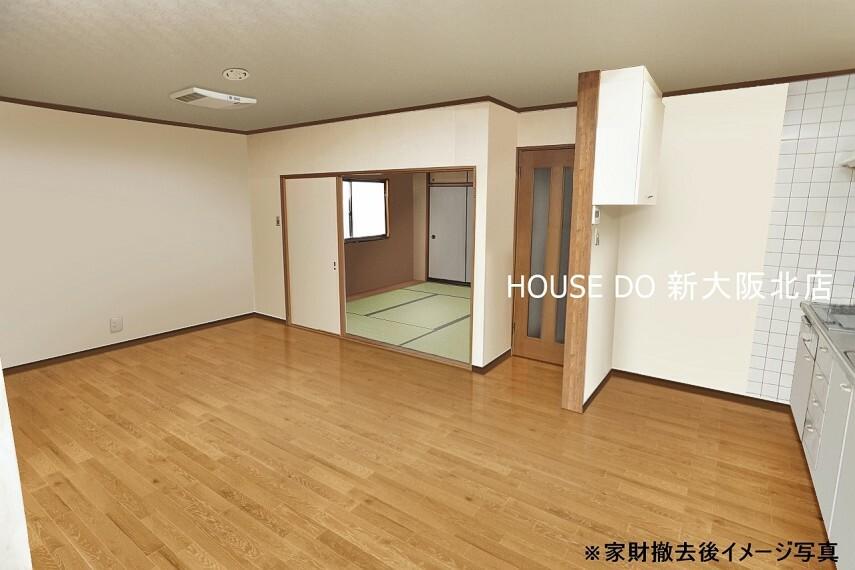 居間・リビング ■リビングは大きく広々とした空間ですのでダイニングテーブルやソファなどの家具を置いても十分な広さがあります! ■家族みんながゆったりくつろげる空間になりそうですね!
