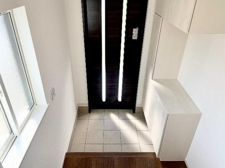 A号棟 玄関・・・玄関には約60足収納可能なシューズボックスがあります!可動棚となっているので背の高い靴もすっきり片づけることができます。