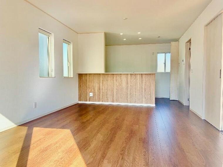 A号棟 リビング・・・リビングは和室と一体になっておりますので、大空間を演出しております。