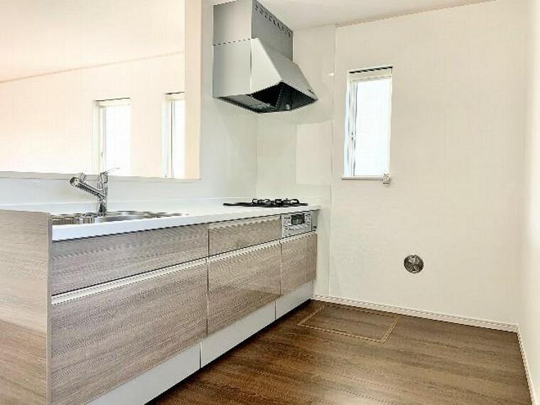 A号棟 キッチン・・・キッチンの収納は足元までしっかりあります。余すことなく収納としてお使い頂けますので、調理器具や調味料、食器などたくさん収納できます。