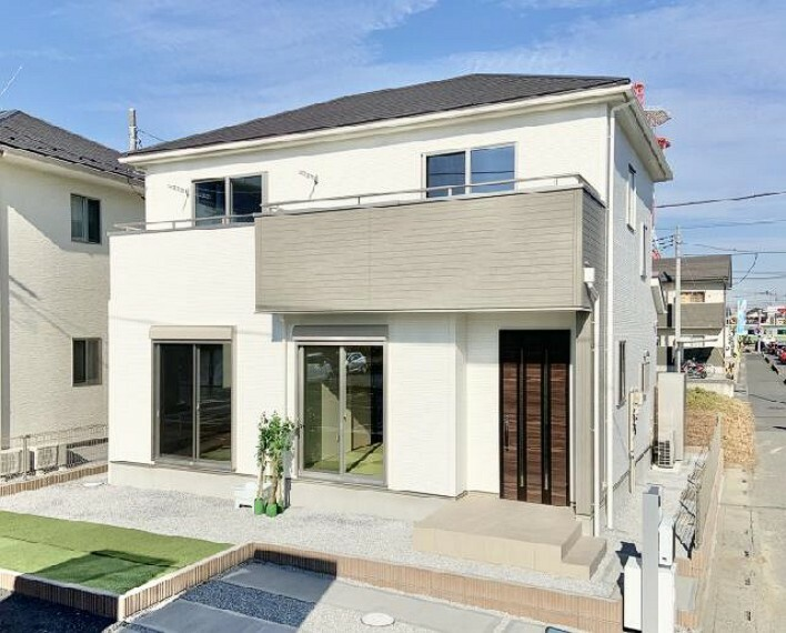 現況外観写真 A号棟 外観・・・ホワイト×グレーの外観は落ち着きのある大人な印象となっており、長く住む家にはぴったりの飽きの来ないデザインが魅力的ですね!