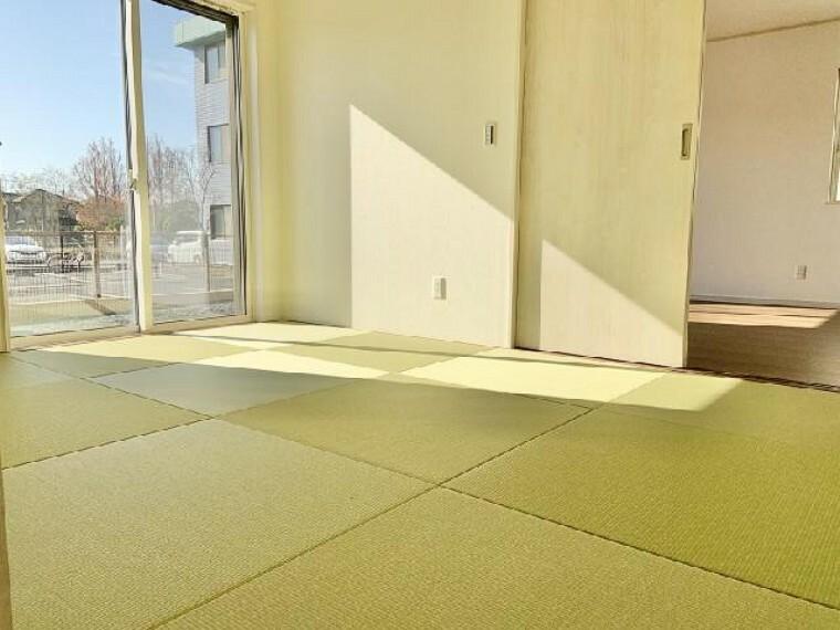 A号棟 和室・・・和室は6帖ございます。フローリングに比べ畳の方が柔らかく、温もりを感じられる一室となっております。