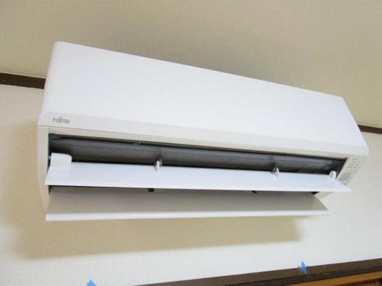 (リフォーム済)リビングに1台富士通社製のエアコンを設置致しました。家族が集まるリビングには必須のエアコンが初めから設置されているのは嬉しいポイントですよね。