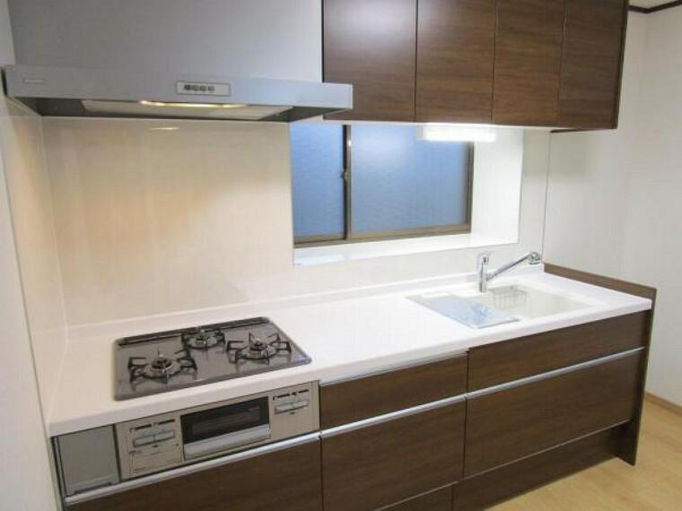キッチン (リフォーム済)キッチンは永大産業製の新品に交換。天板は人工大理石製なので、熱に強く傷つきにくいため毎日のお手入れが簡単です。